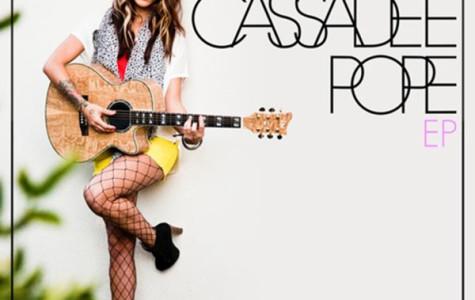 Cassadee Pope, former winner of the voice, now releases her single for her new album.