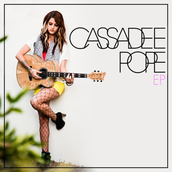 Cassadee Pope, former winner of the voice, now releases her single for her new album.